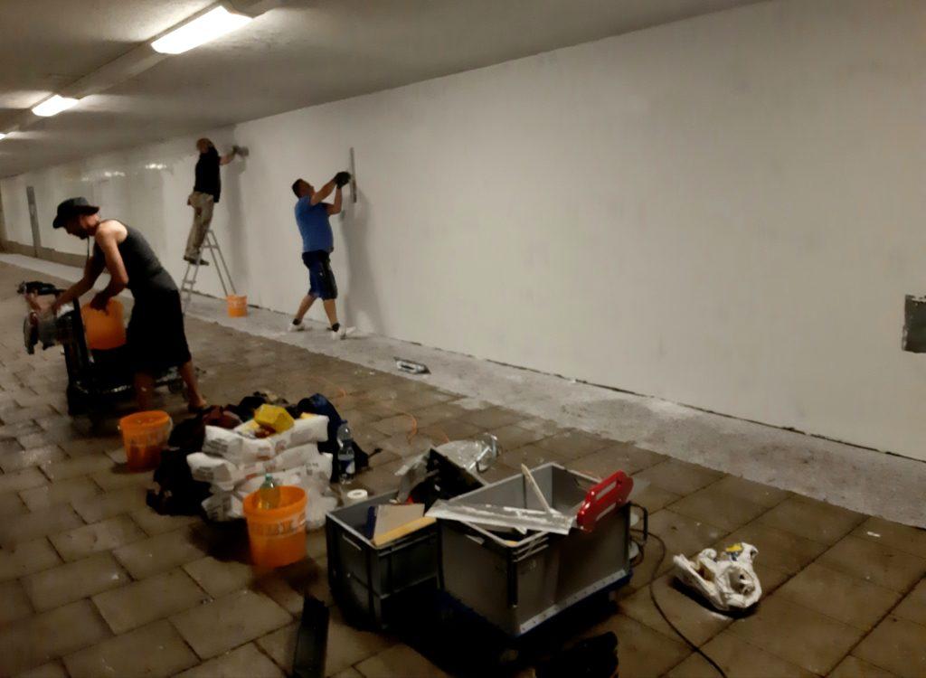 Blumöhrs Team bei der Verspachtelung und Grundierung der Wand